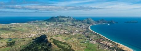 Vista aérea de Porto Santo, com destaque para o Pico de Ana Ferreira