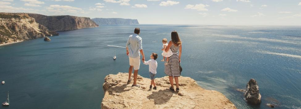 Família feliz a viajar.