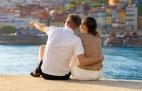 Casal apaixonado a observar a Ribeira